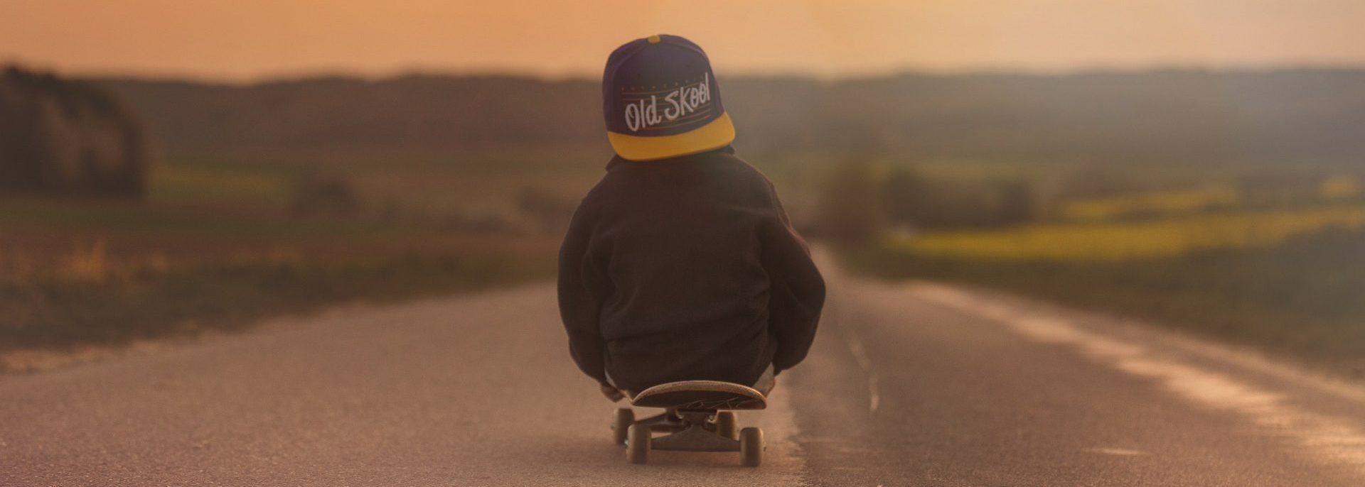 kleiner Junge auf einem Skateboard | bunt und einzigartig Coaching - Nicole Gollan
